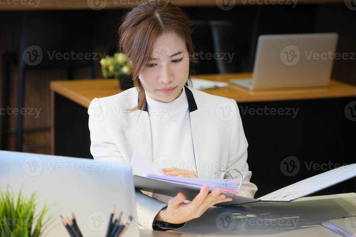 mulher segurando uma pasta aberta foto