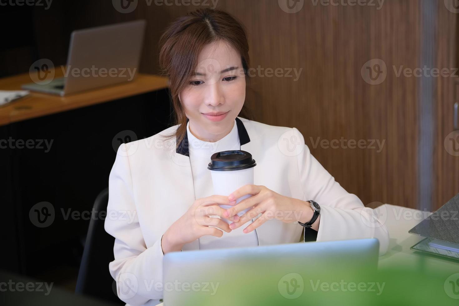 mulher segurando café foto