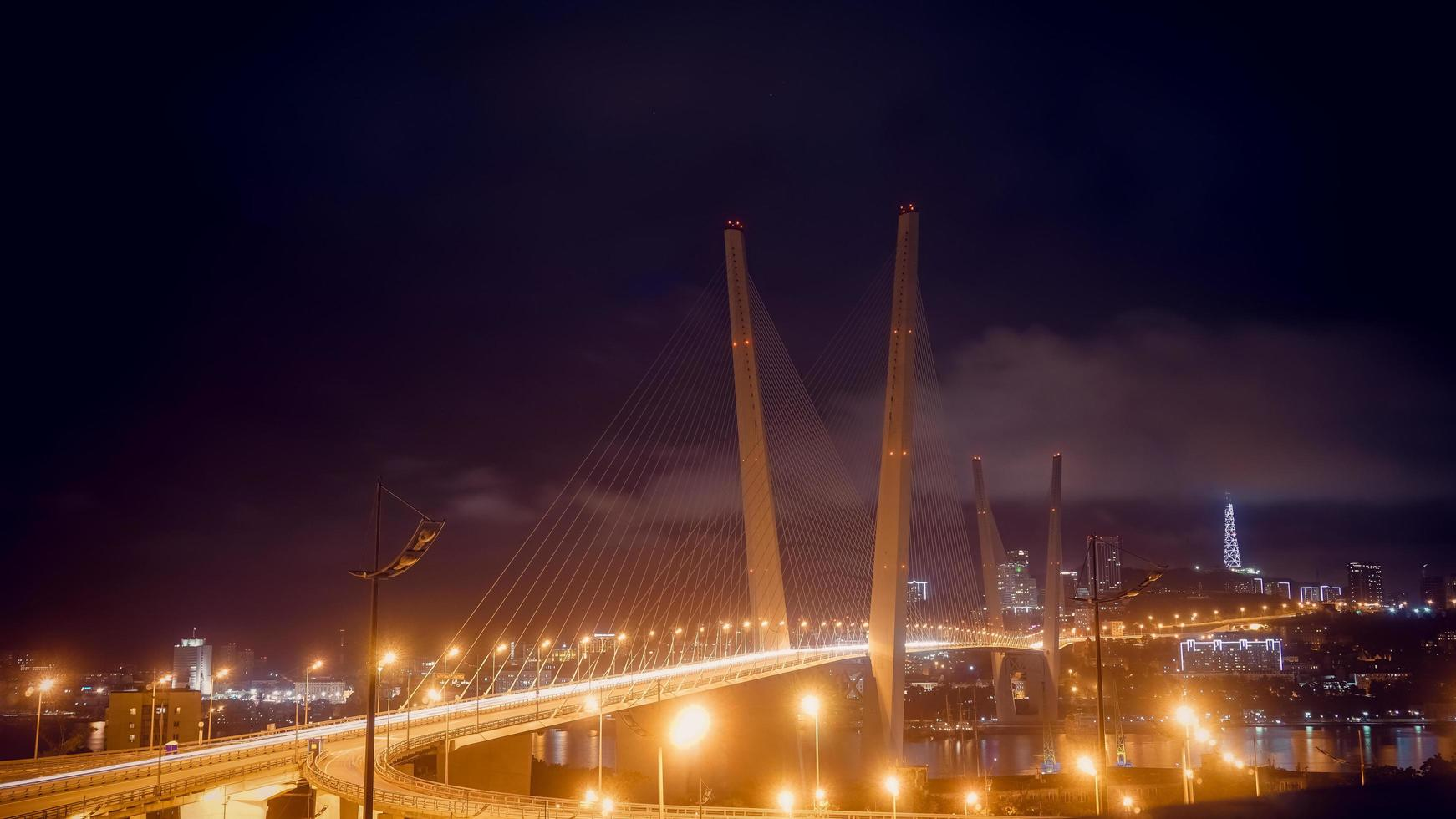 paisagem noturna com vista para a ponte dourada. foto