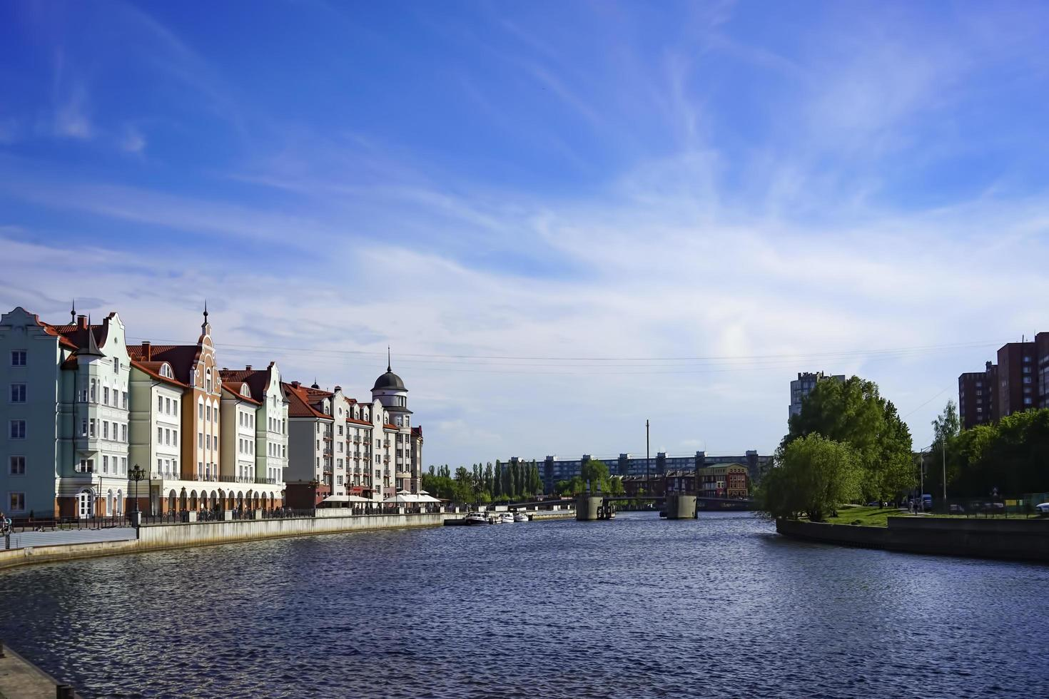 o horizonte da cidade, o rio pregolya foto