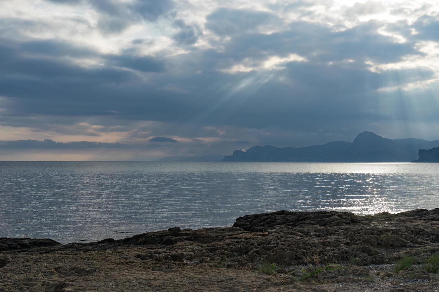 vista do mar com vista para as montanhas e o mar na baía de megan. foto