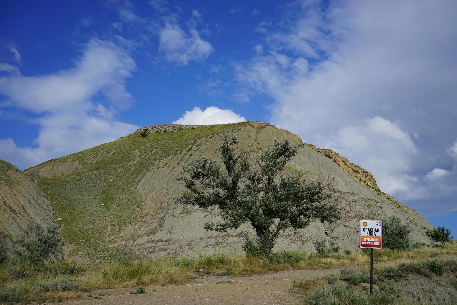 paisagem com altas colinas foto