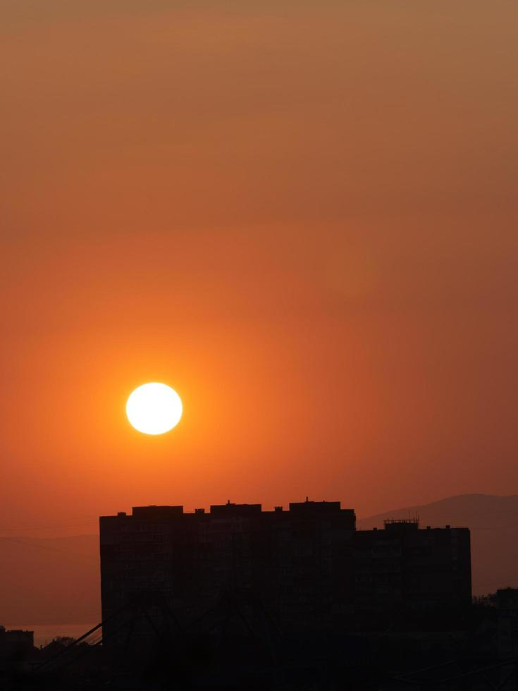 pôr do sol laranja sobre a cidade. vladivostok, rússia foto