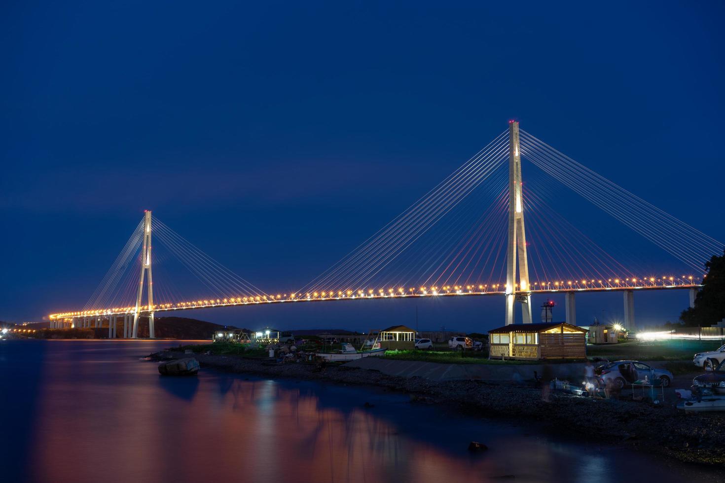 vladivostok, rússia. paisagem noturna com vista para a ponte russa. foto