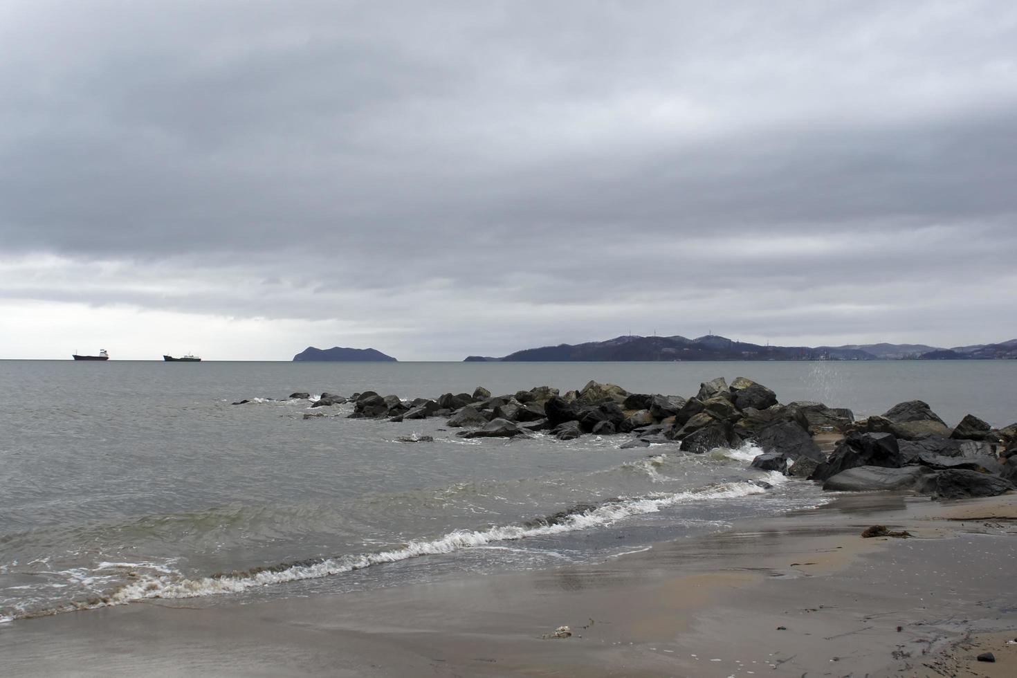 vista do mar em tempo nublado com céu dramático. foto