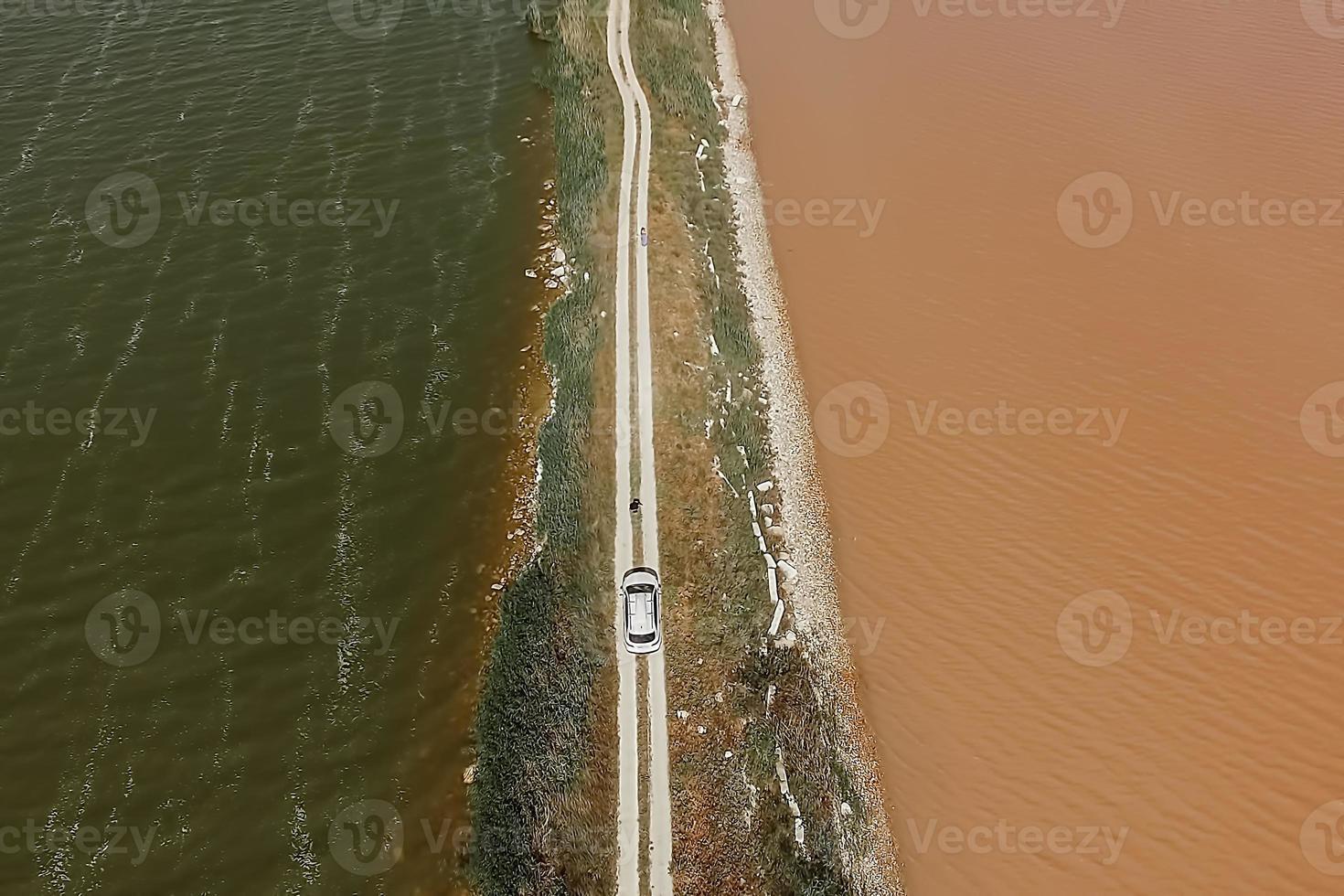 vista aérea do lago sasyk sevash e vista da estrada foto