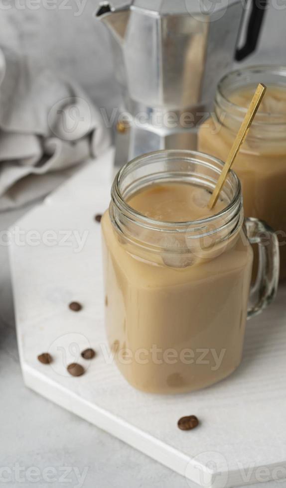 caneca com café na mesa foto