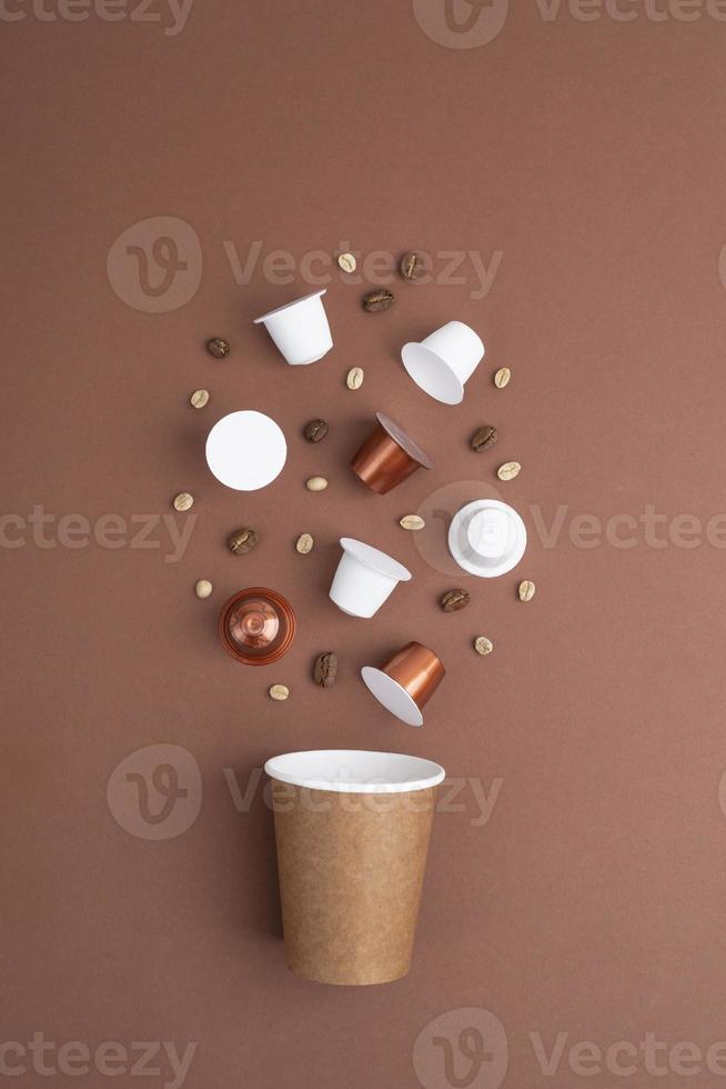 vista superior grãos de café e cápsulas de café foto