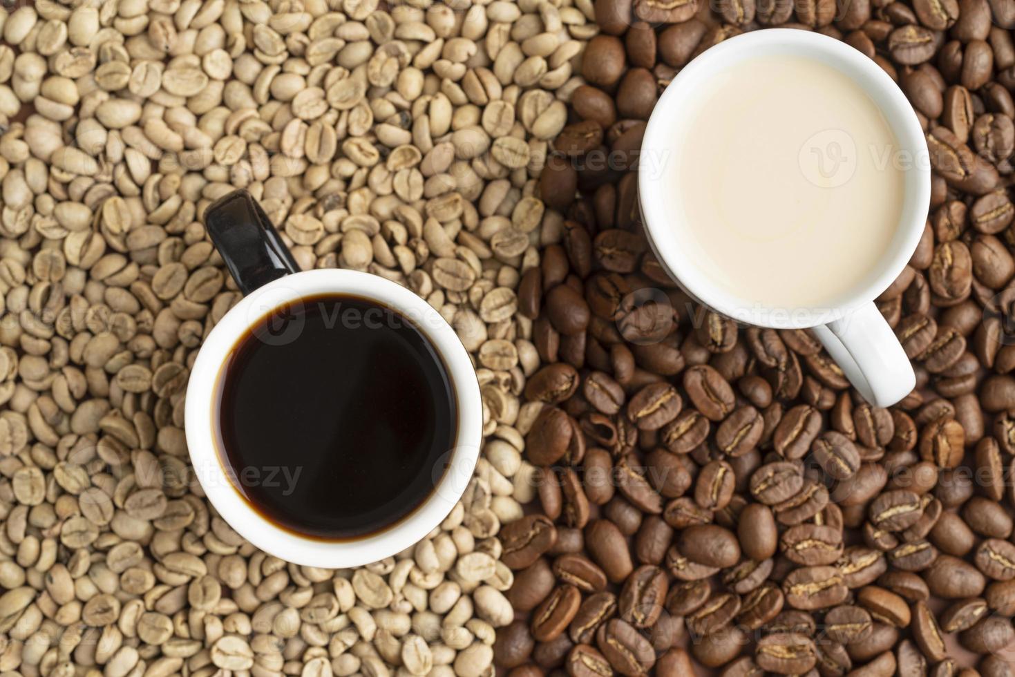 xícara de café e grãos de café foto