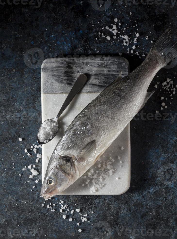 arranjo de peixe cru para cozinhar foto