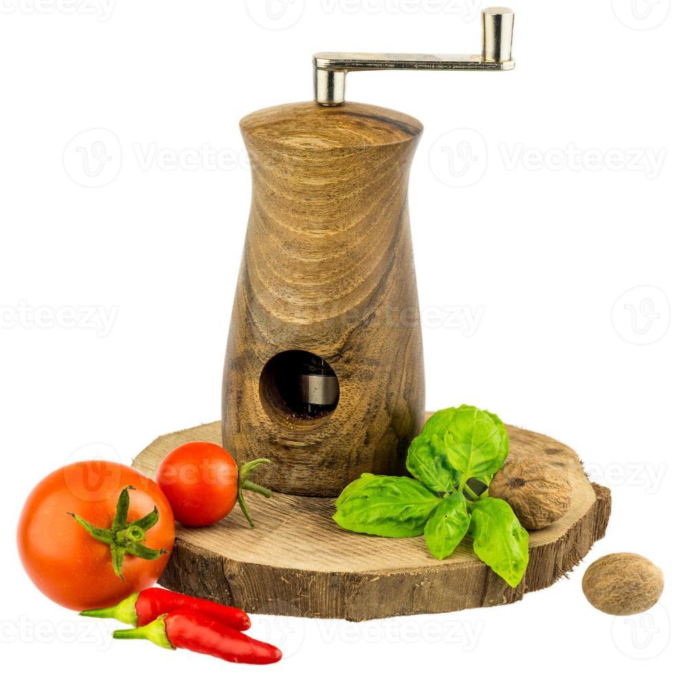 moinho de moscatel com folhas de manjericão, tomate, pimenta e noz-moscada foto