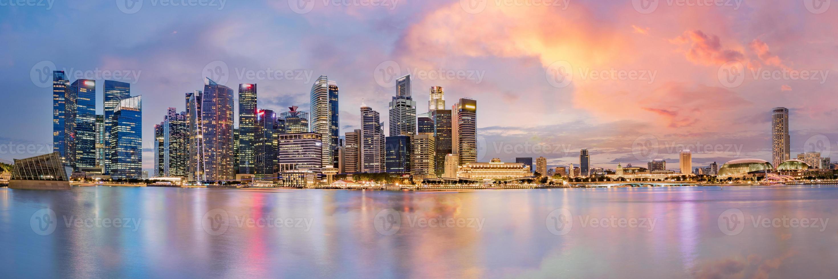 horizonte do distrito financeiro de Singapura na baía da marina no crepúsculo foto
