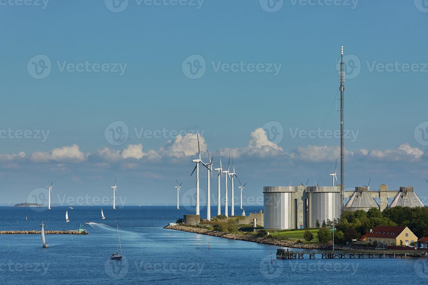 parque de turbinas eólicas offshore em copenhagen, dinamarca foto
