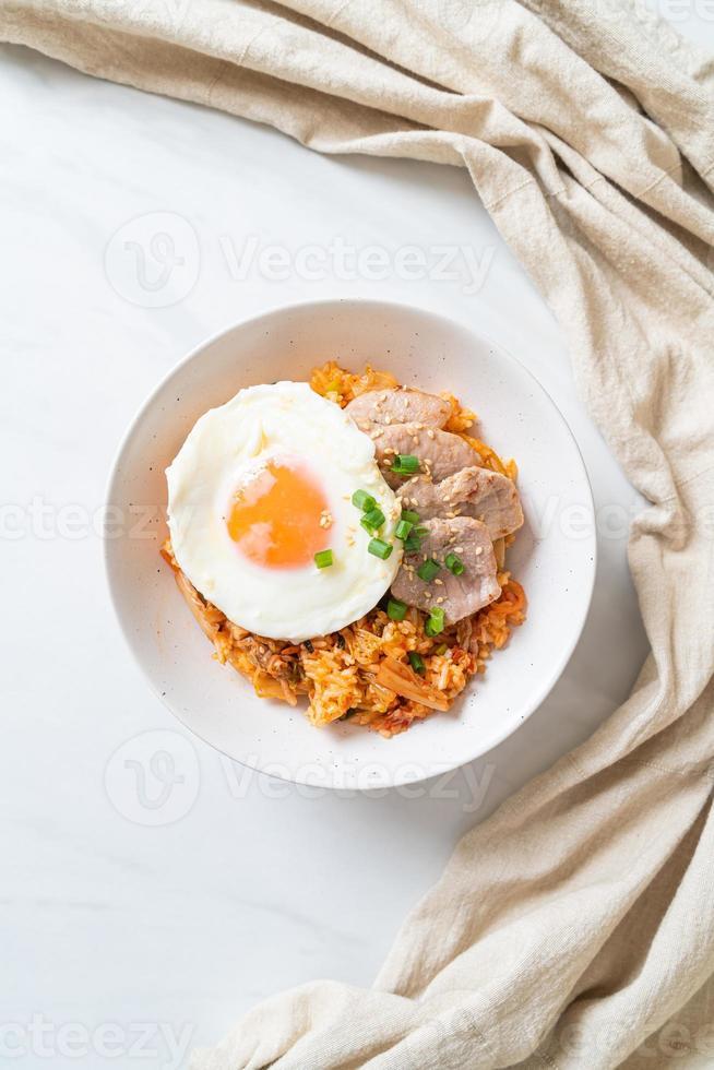 arroz frito kimchi com ovo frito e porco foto