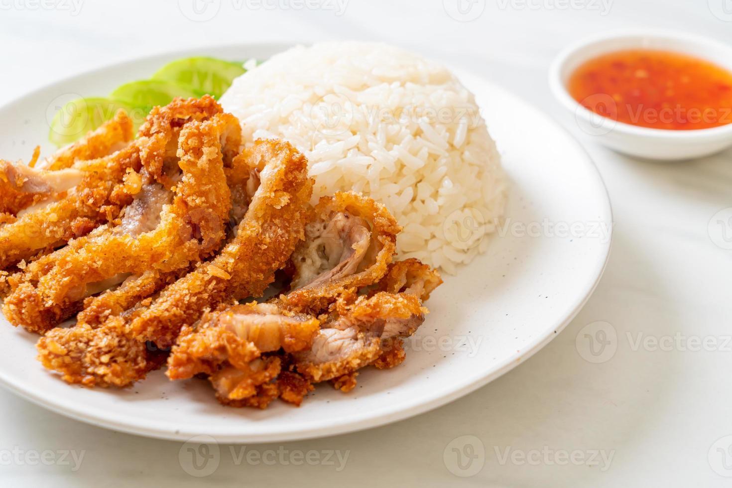 arroz de frango hainanese com frango frito foto