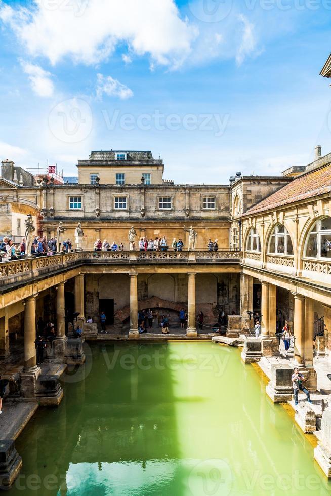 bath, inglaterra - 30 de agosto de 2019 - banhos romanos, local do patrimônio mundial da unesco com pessoas, que é um local de interesse histórico na cidade de bath. foto