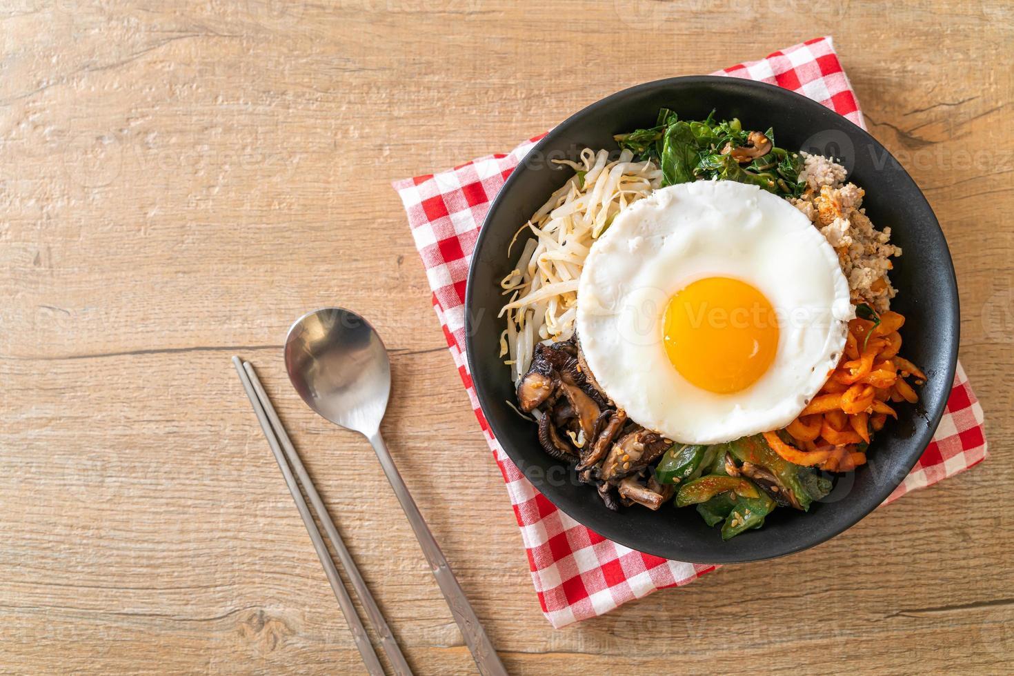 Salada picante coreana com arroz - comida tradicional coreana, bibimbap foto
