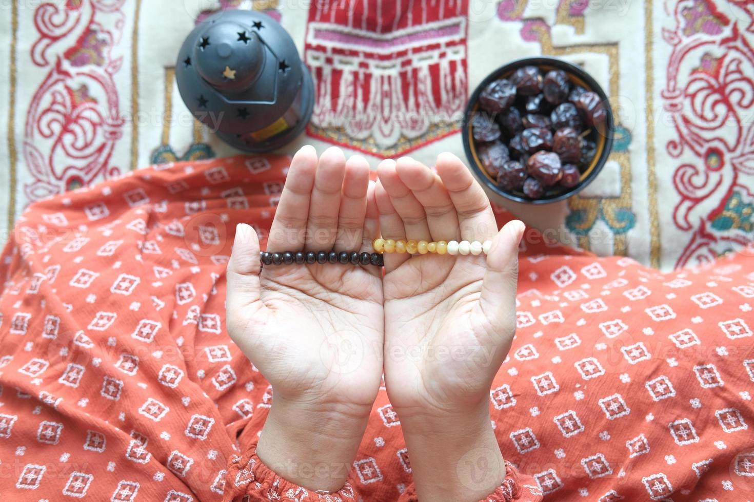 close-up da mão de mulher muçulmana orando no ramadã foto
