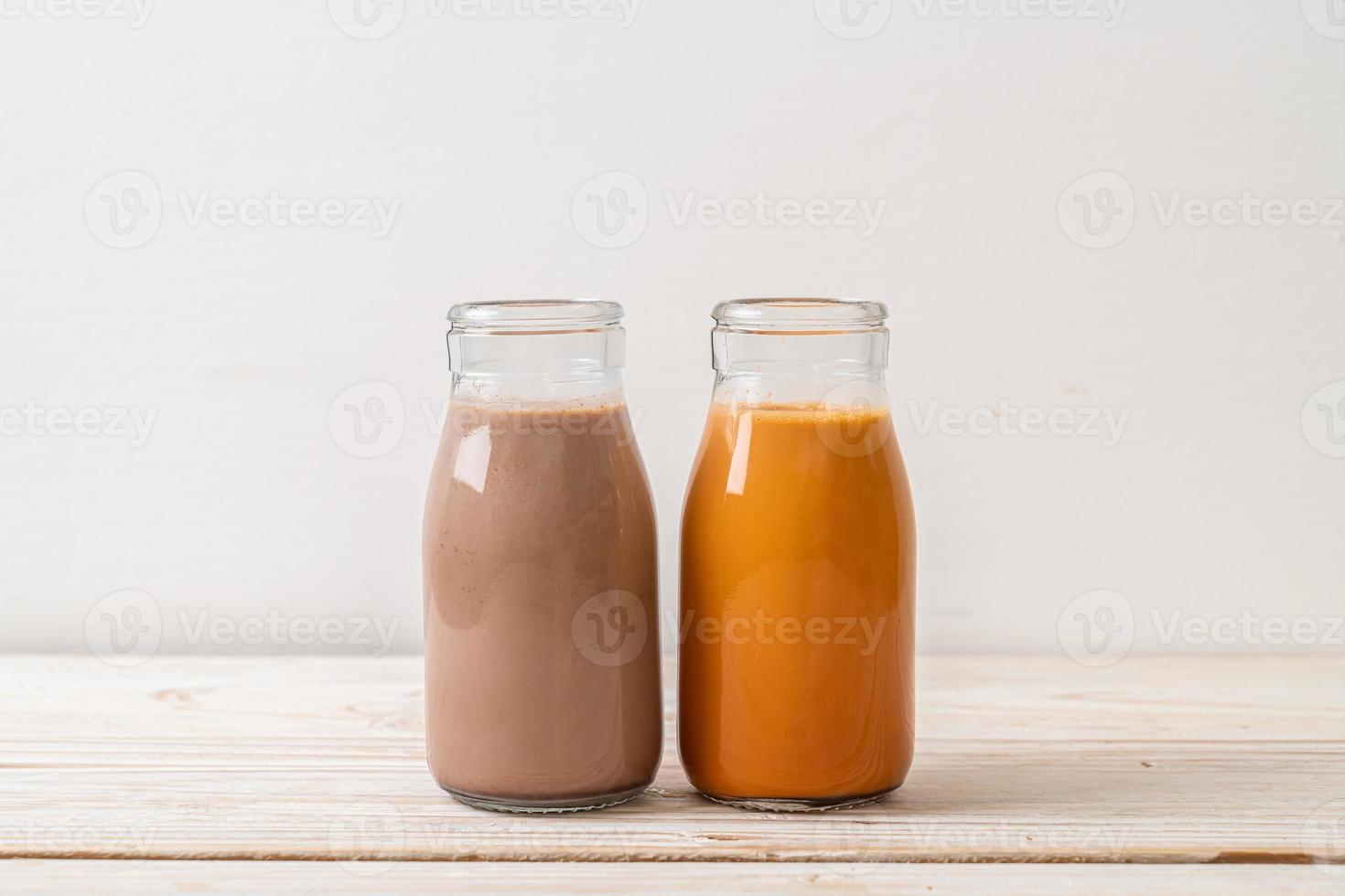 Chá com leite tailandês e leite com chocolate em garrafa foto