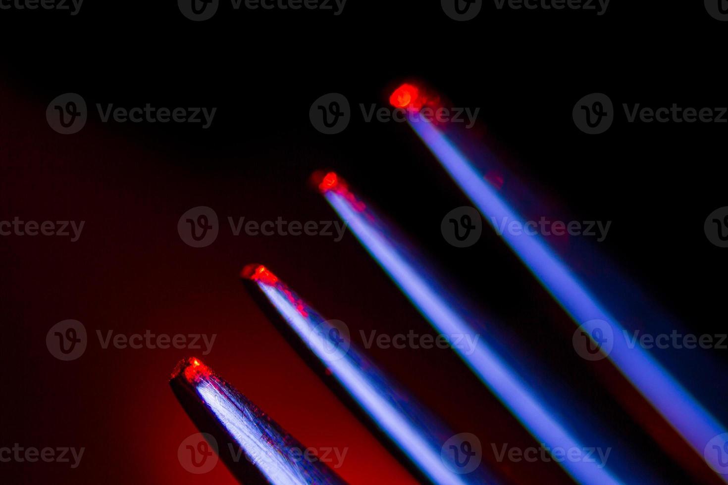 garfo em iluminação colorida foto