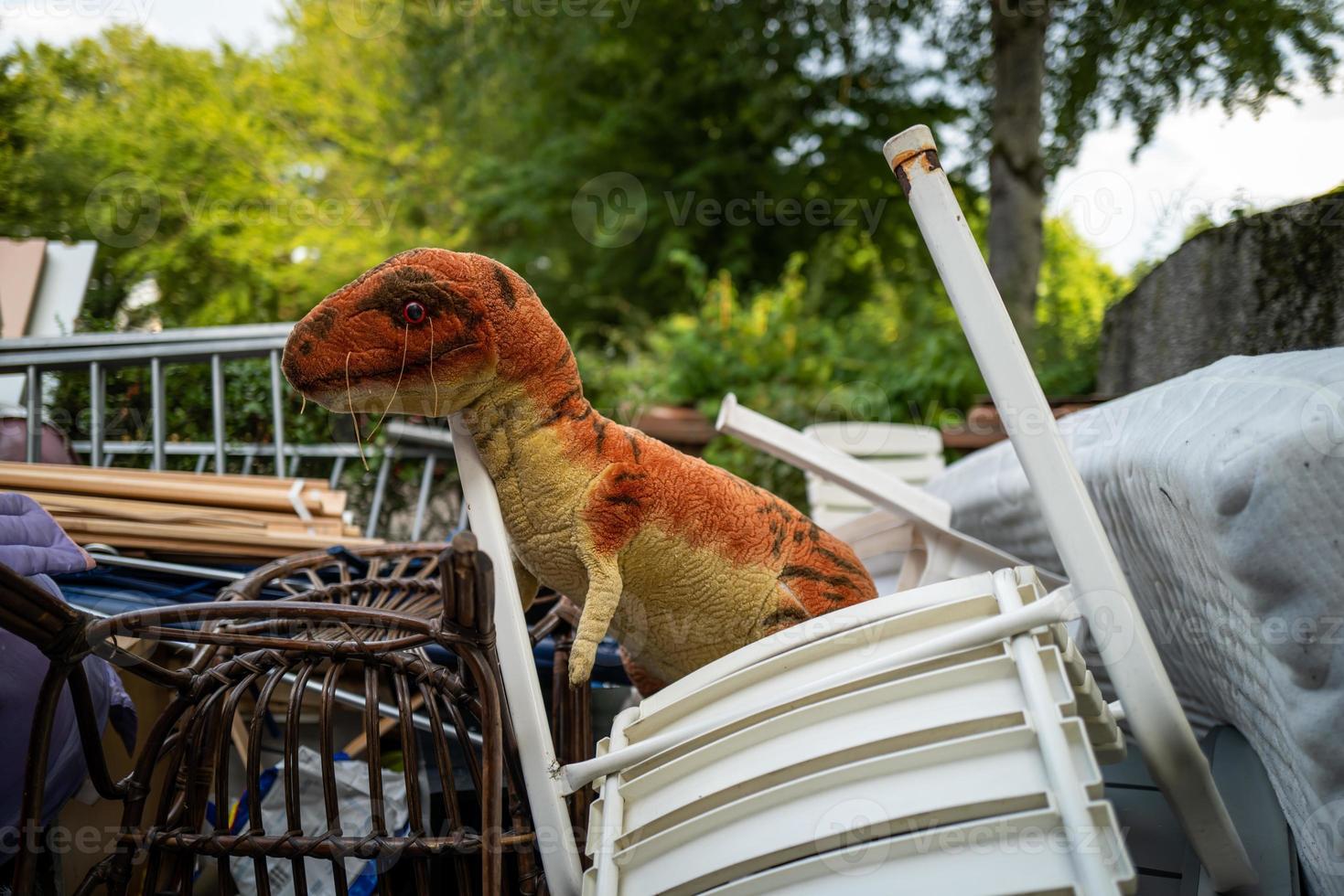 um velho brinquedo de dinossauro abandonado foto