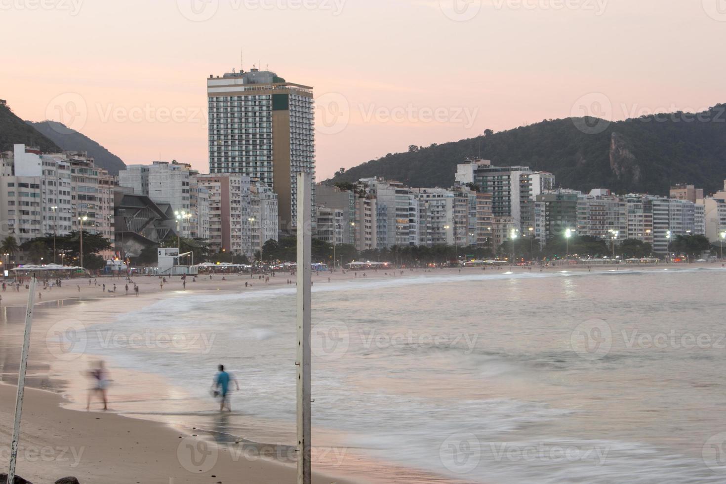 fim de tarde na praia de copacabana no rio de janeiro, brasil foto