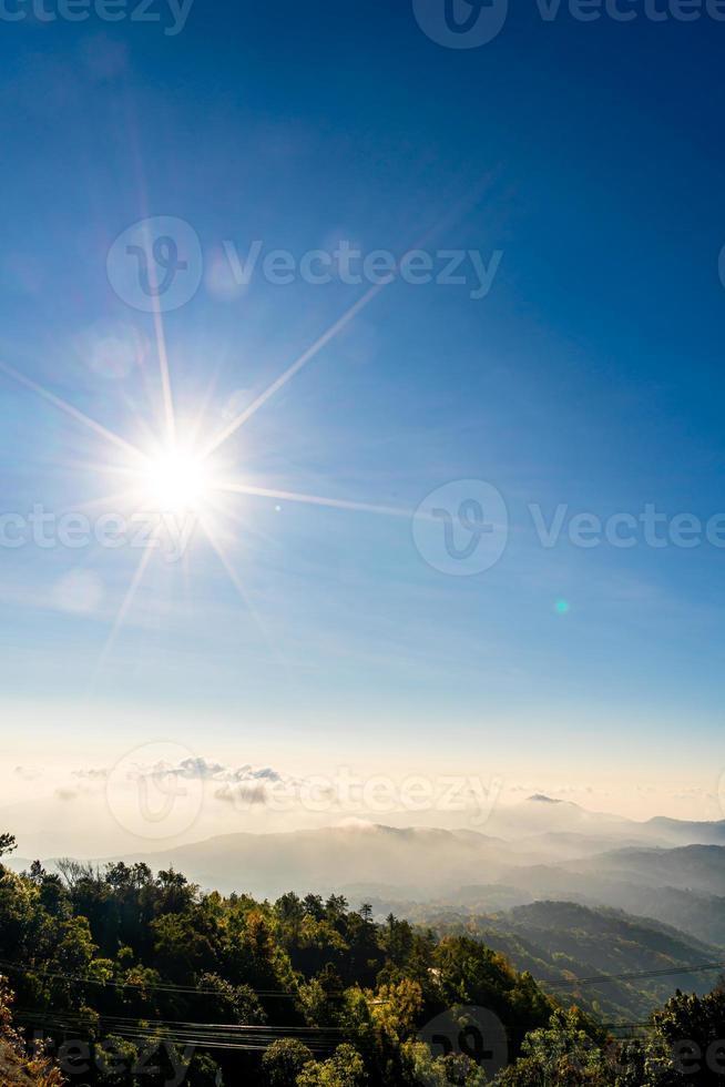 bela camada de montanha com nuvens e nascer do sol em chiang mai, na Tailândia foto