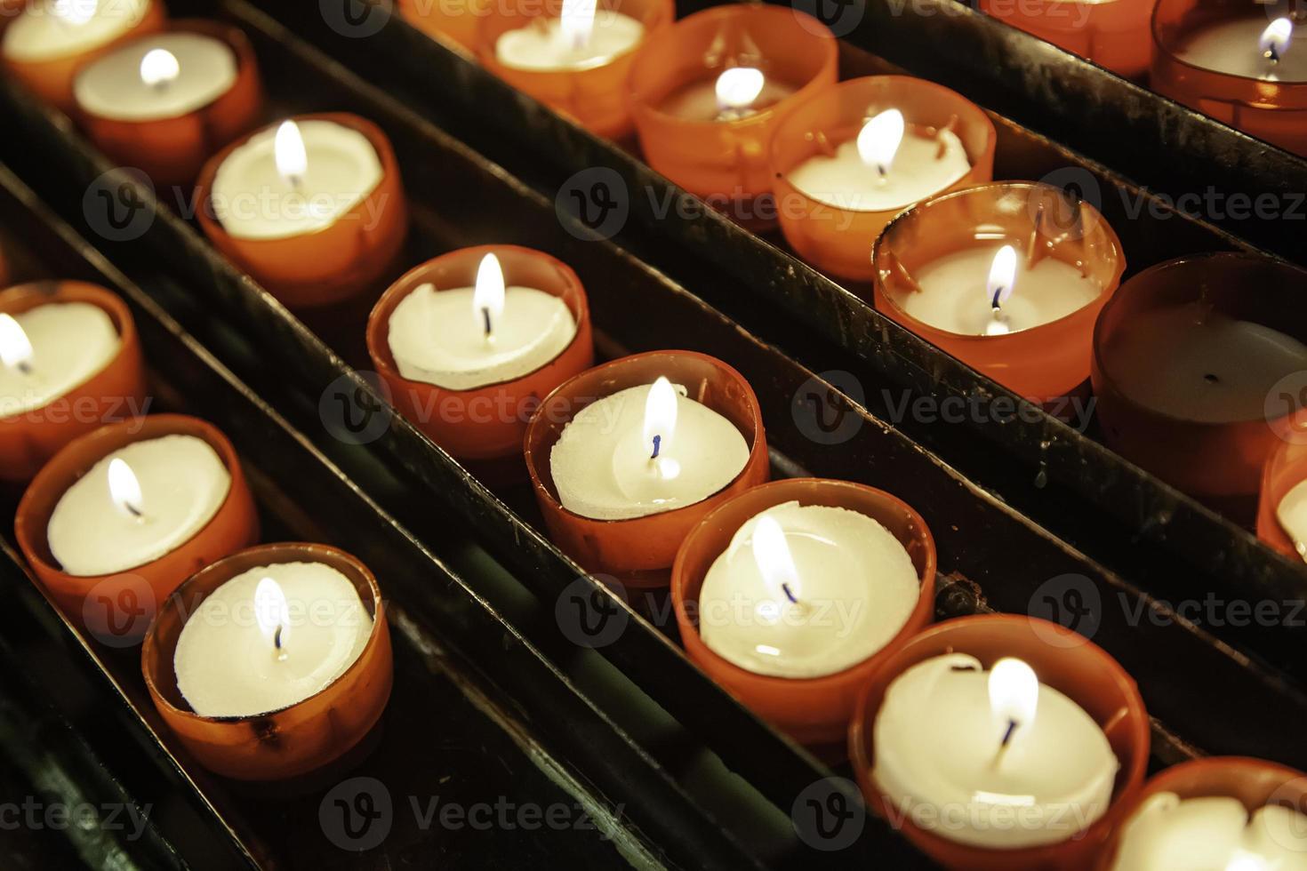 velas da igreja acesas foto