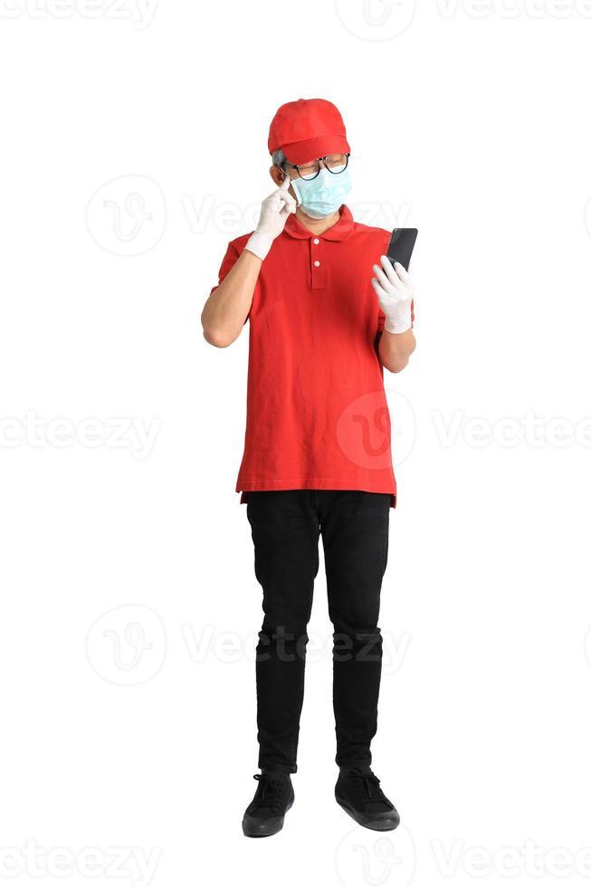 mensageiro asiático com máscara foto