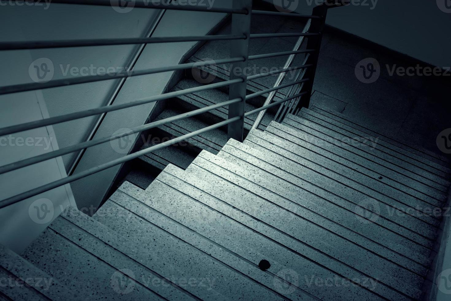 escada interna de metal foto