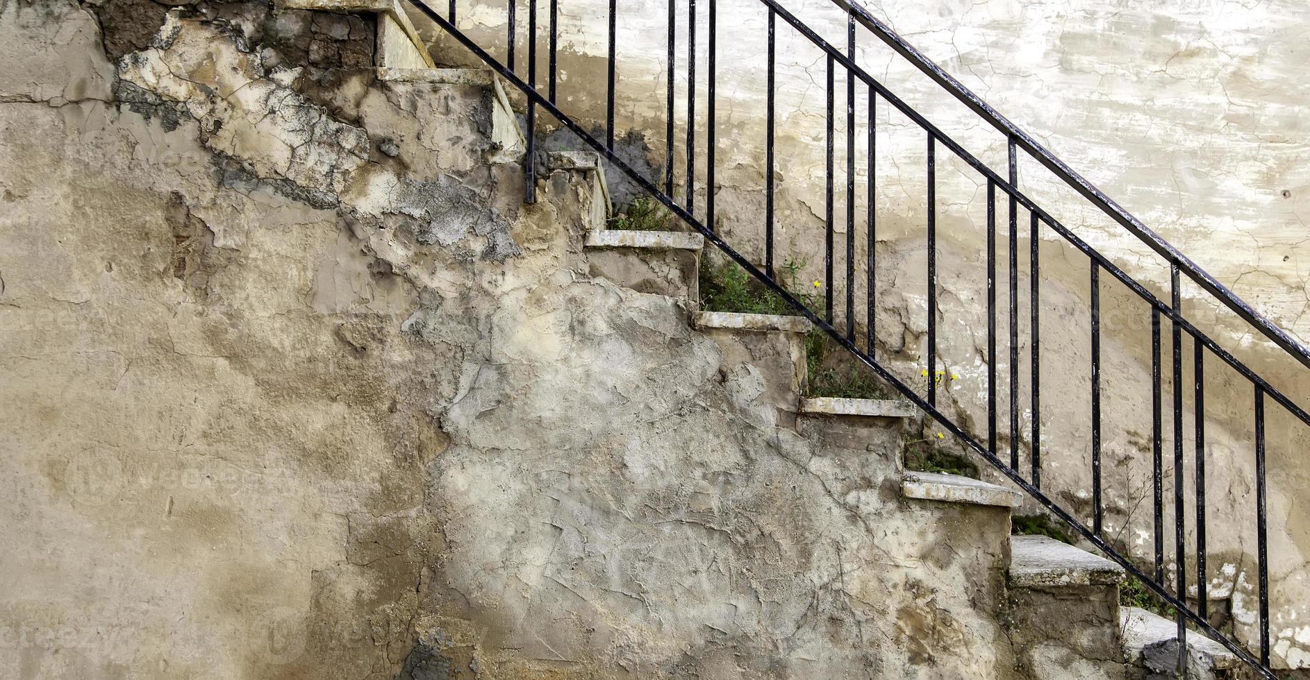 escada de pedra com corrimão foto