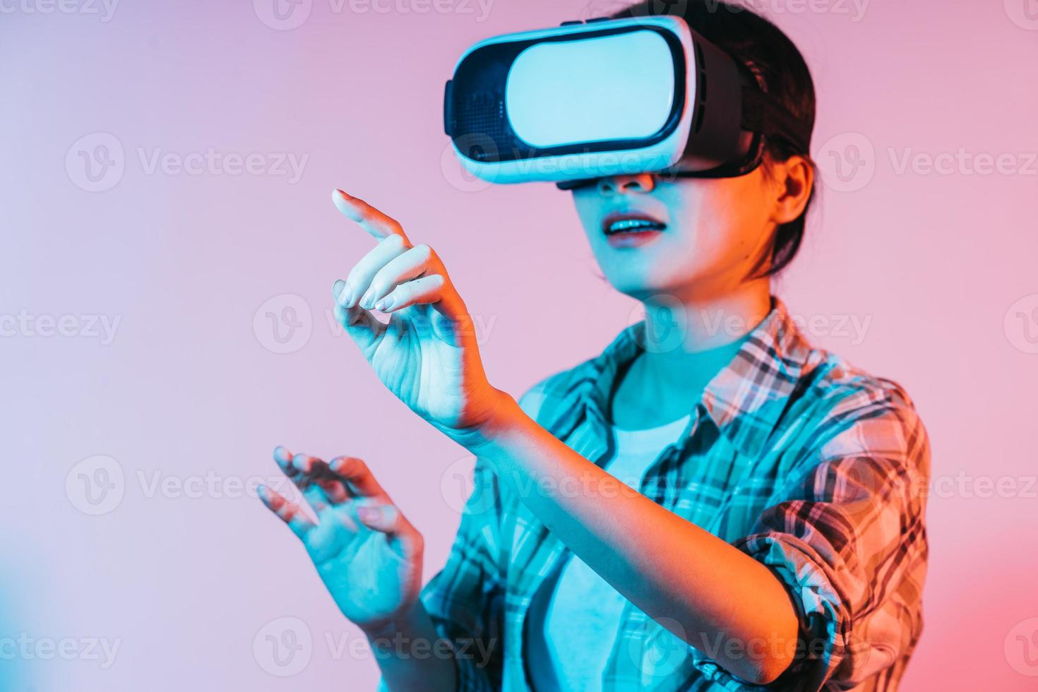 jovem mulher asiática usando óculos VR para experimentar a tecnologia de realidade aumentada foto