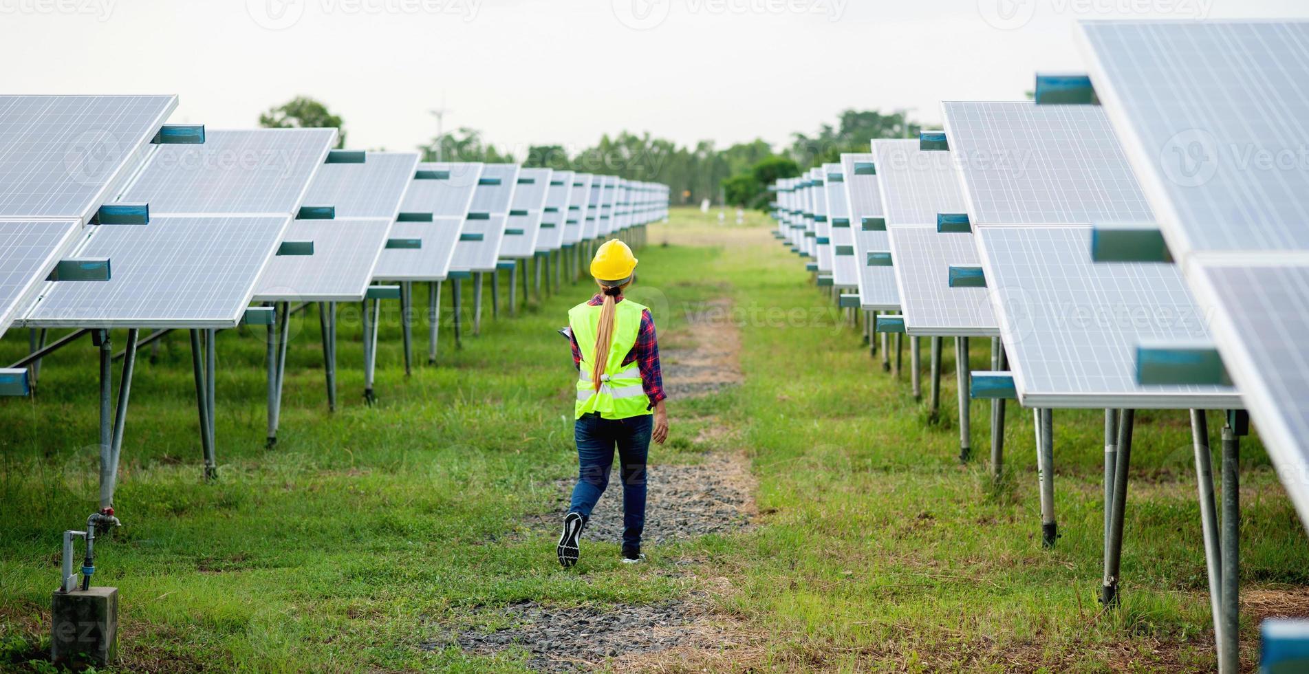 uma jovem engenheira de células solares está trabalhando duro. trabalhando em energia alternativa energia solar foto