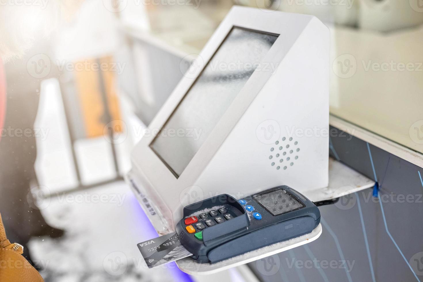 pagamento usando um cartão de débito e crédito por meio de um terminal de pagamento foto