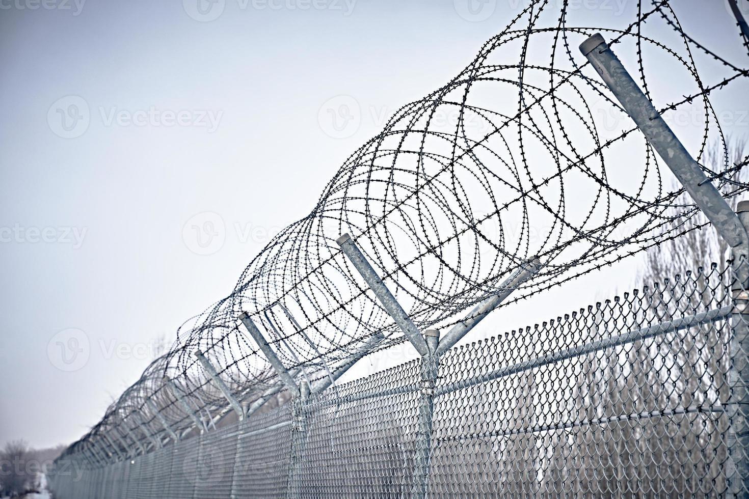 cerca da prisão. arame farpado. foto