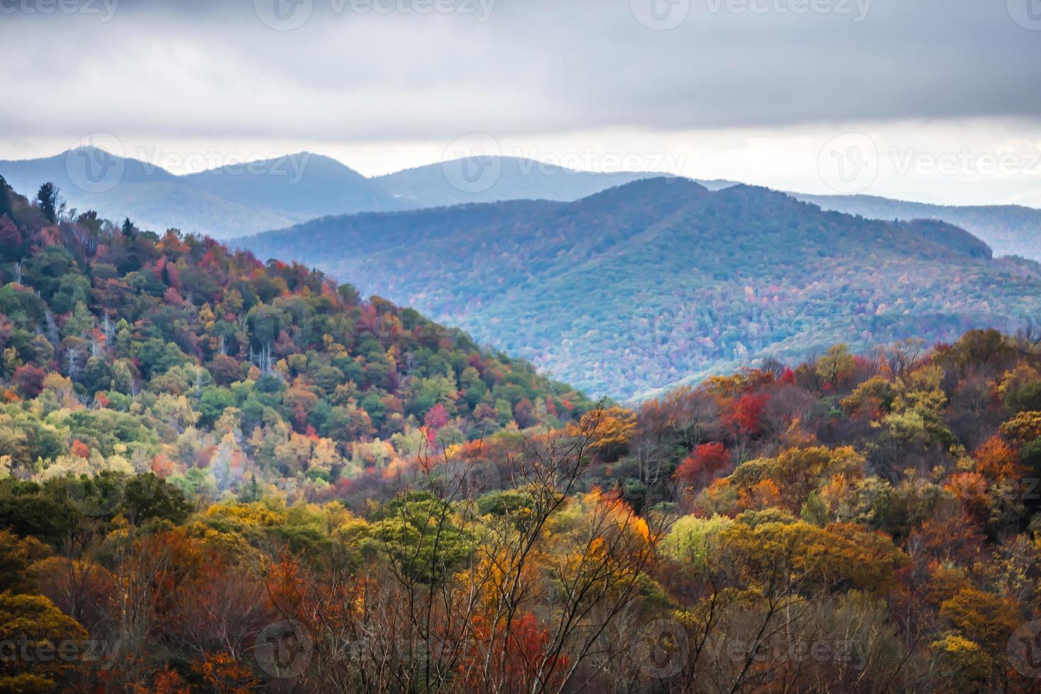 cume azul e montanhas esfumaçadas mudando de cor no outono foto