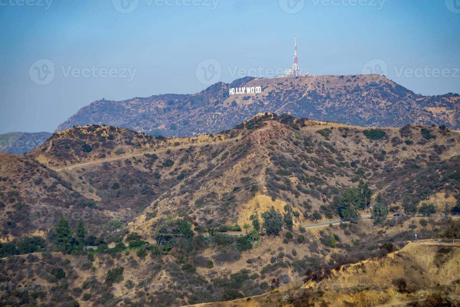 famosa placa de hollywood em uma colina à distância foto