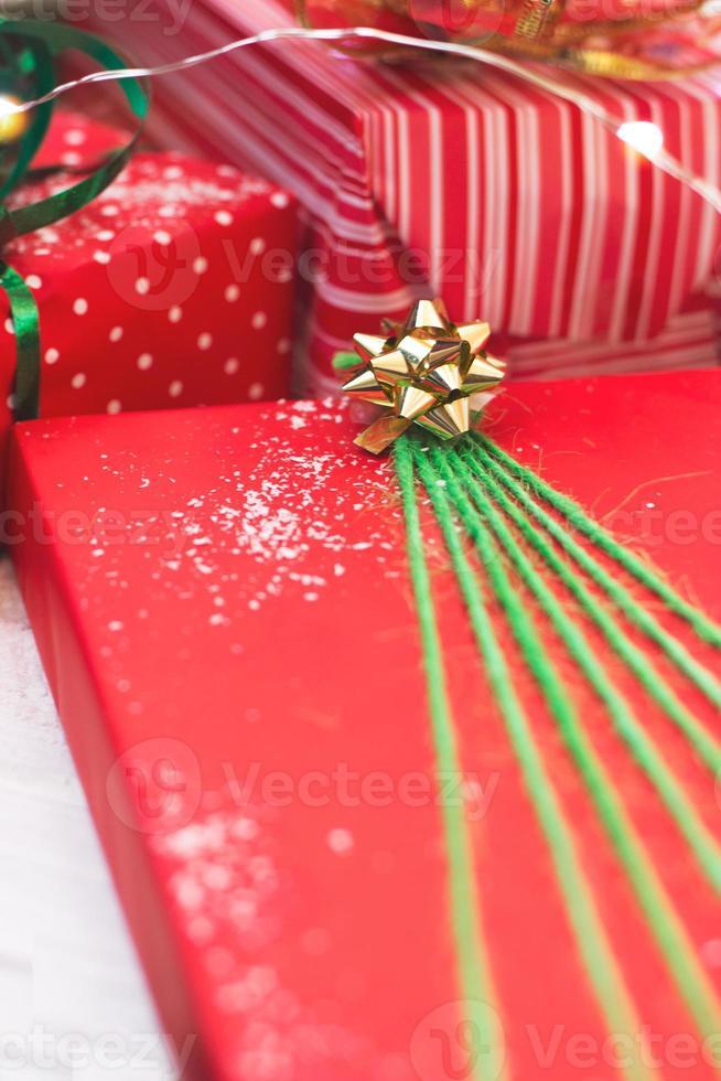 presentes de natal decorados em papel verde e vermelho com fundo de natal foto