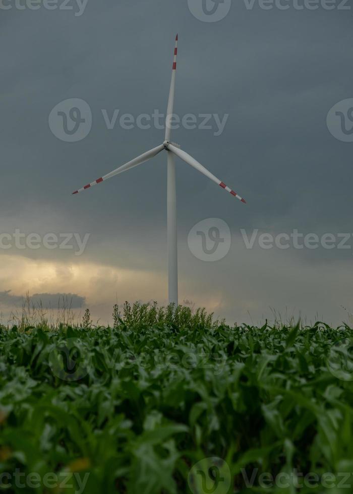 moinho de vento em clima tempestuoso foto