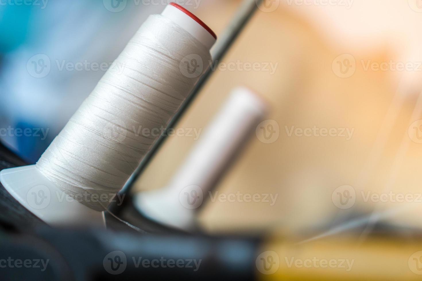 linha e máquina de costura foto