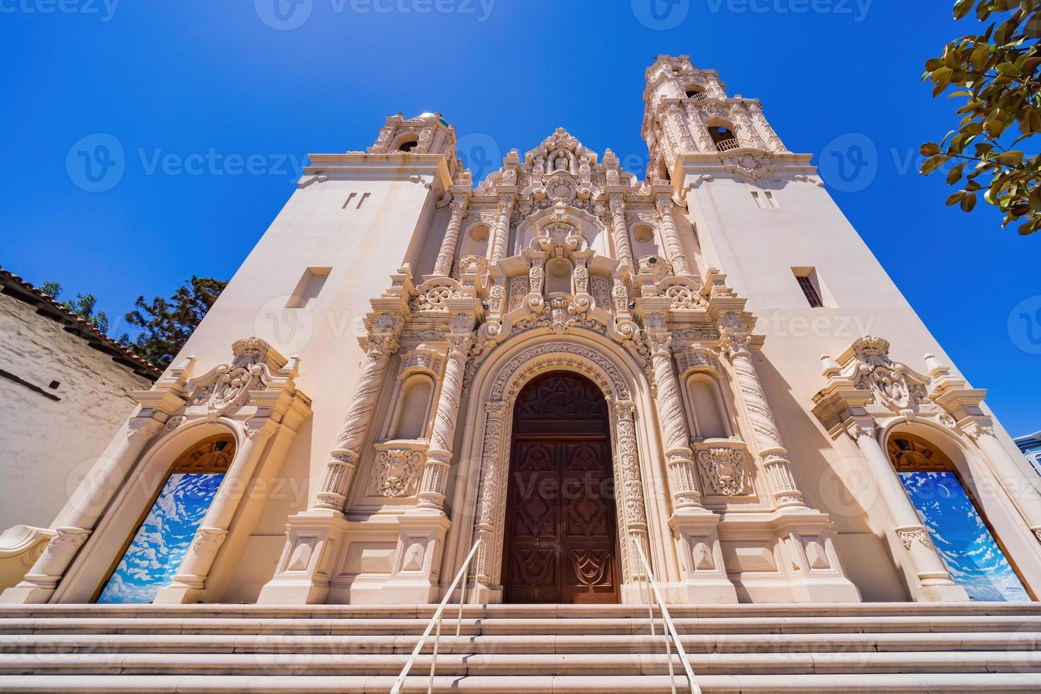 vista ensolarada da basílica da missão dolores foto