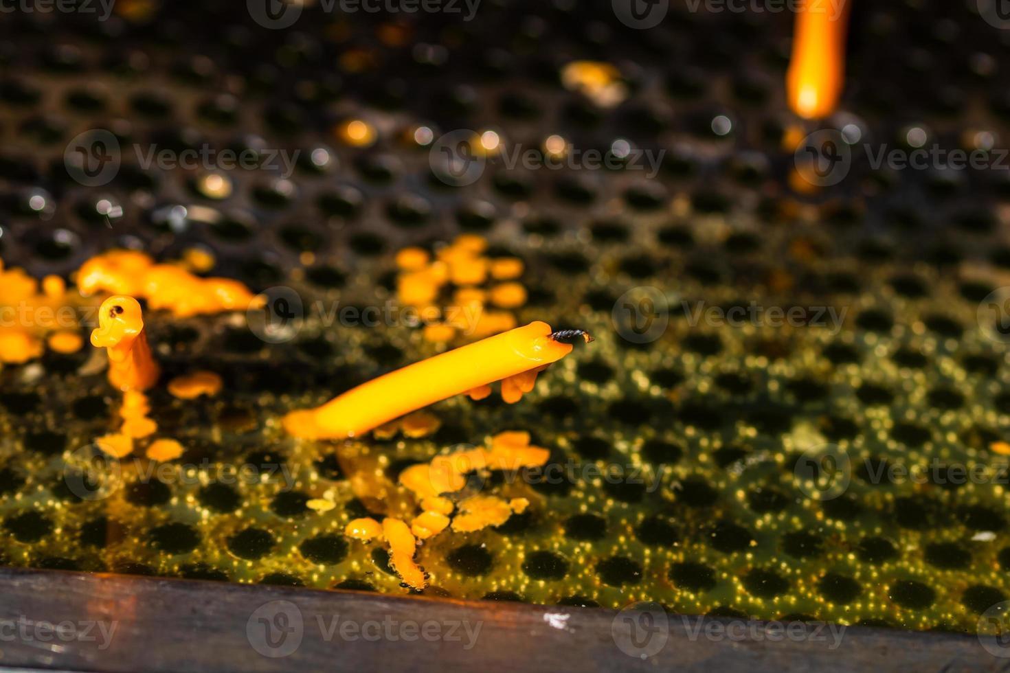 queimando velas derretendo em memória dos mortos, close-up. foto