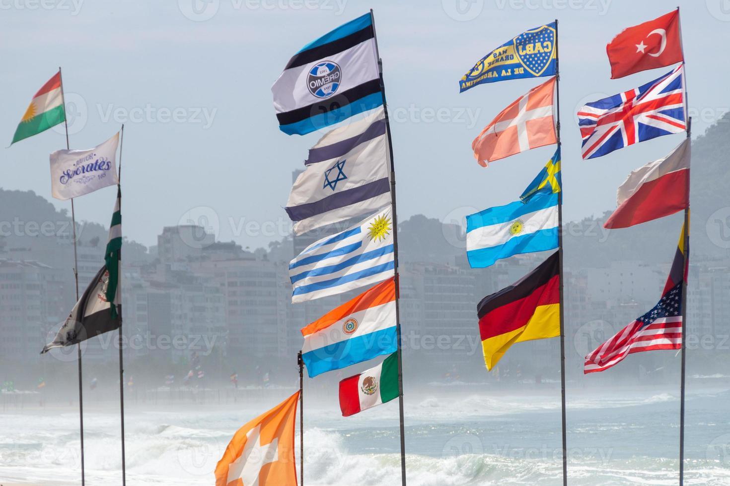 bandeiras de várias nações na praia de copacabana, rio de janeiro, brasil foto