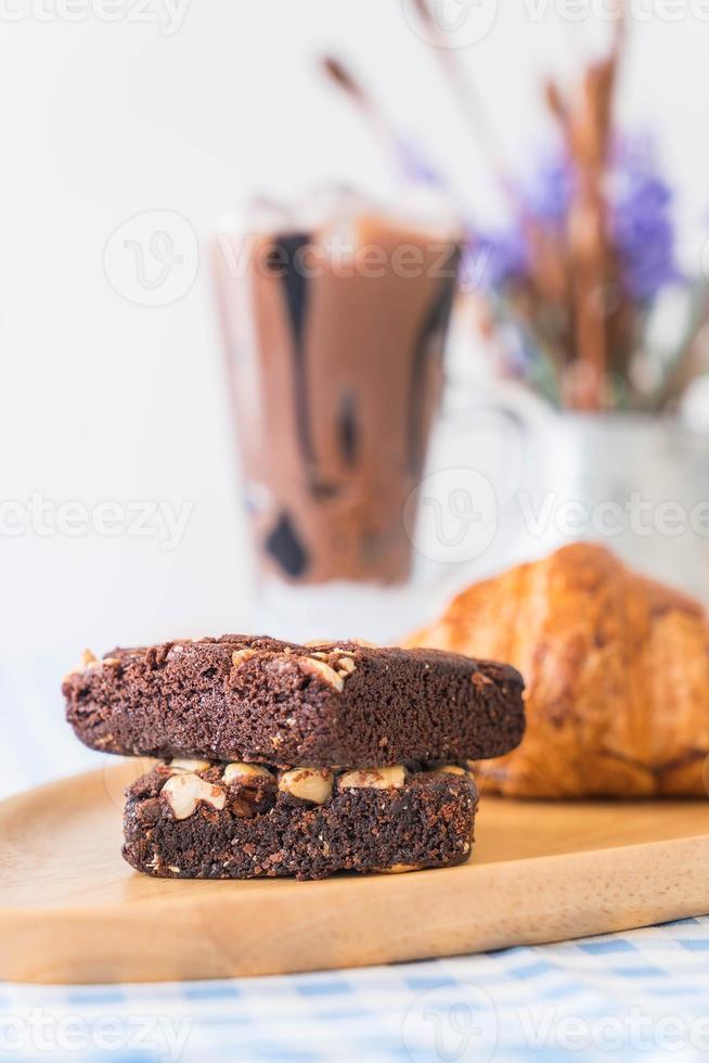 croissant e brownies na mesa foto