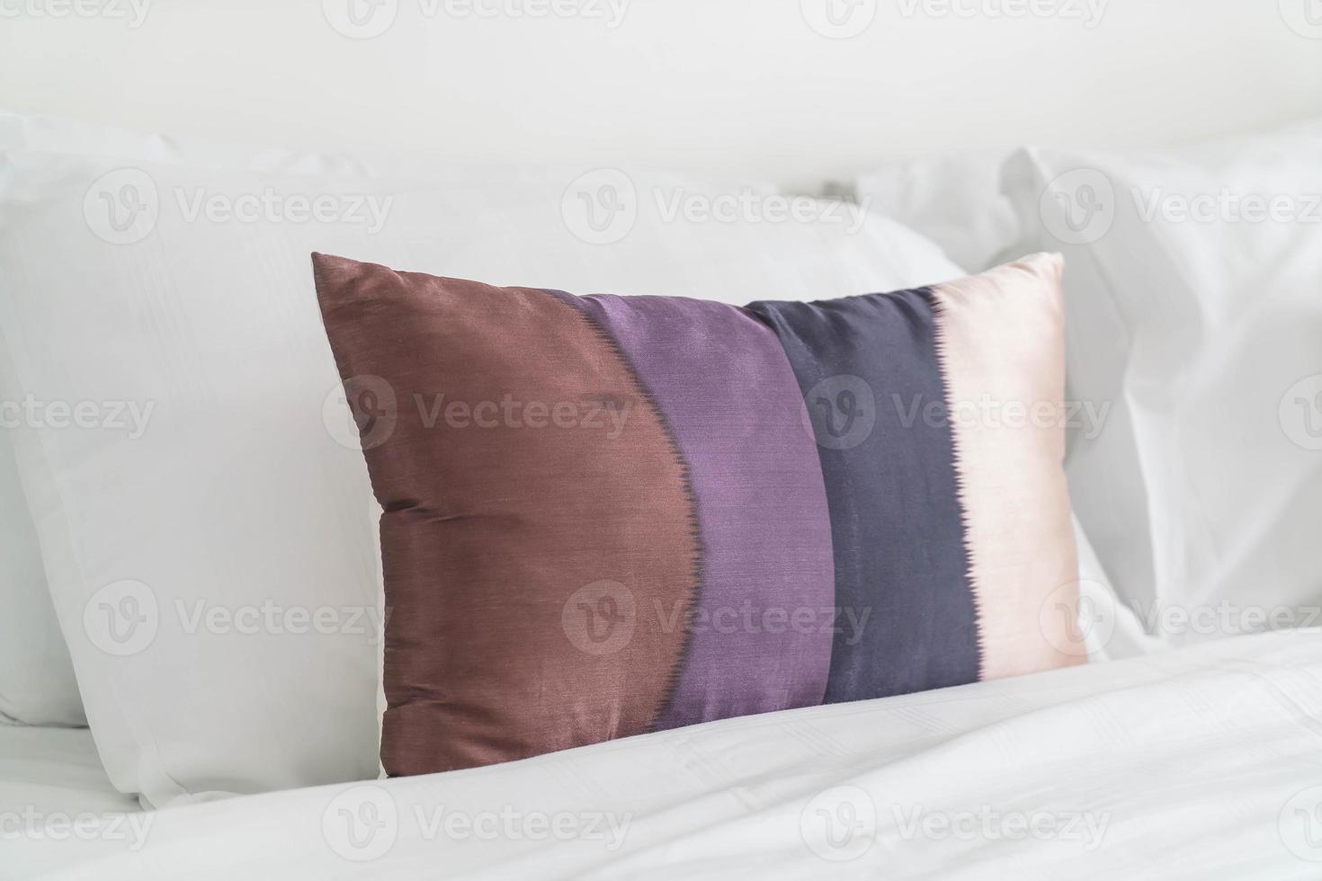 decoração de travesseiro na cama no interior do quarto foto