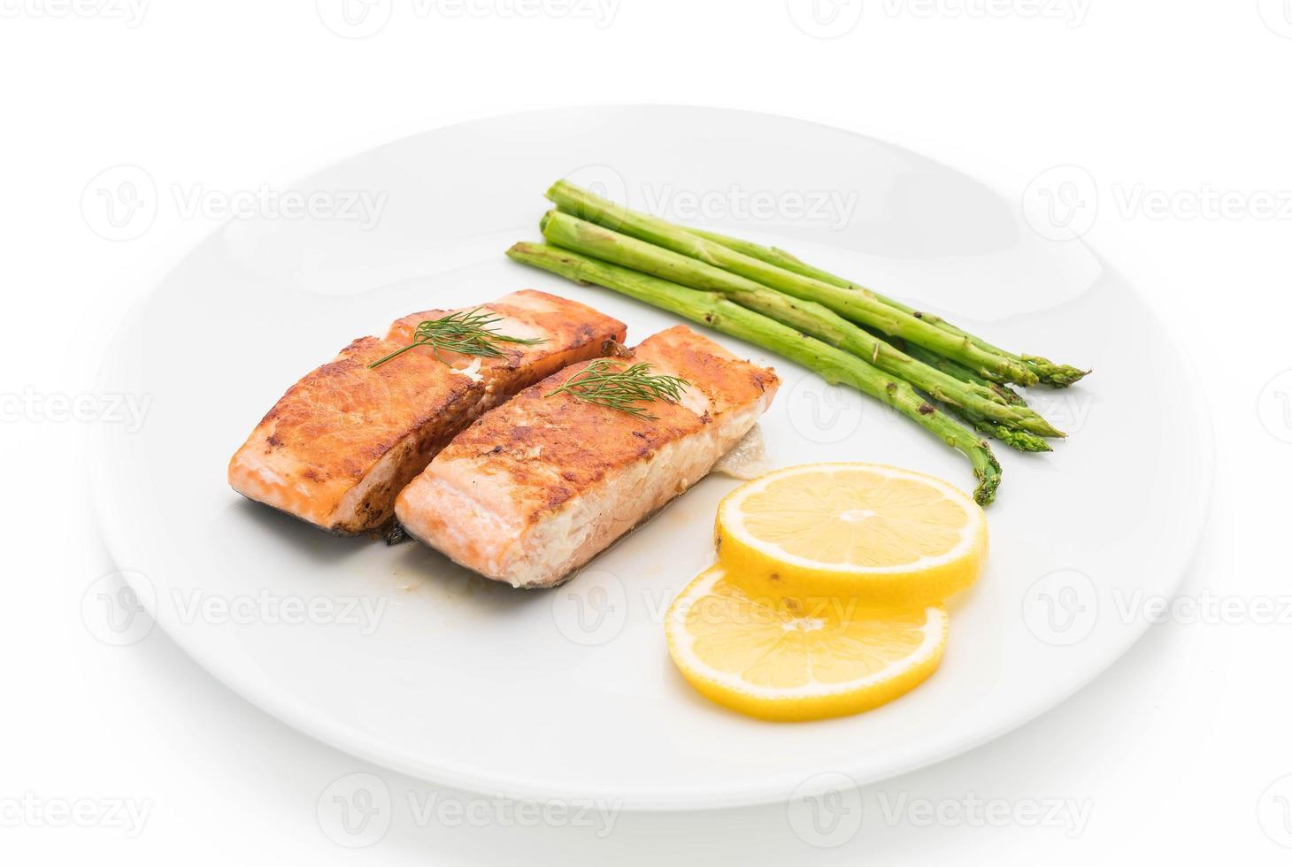 bife de salmão grelhado no fundo branco foto