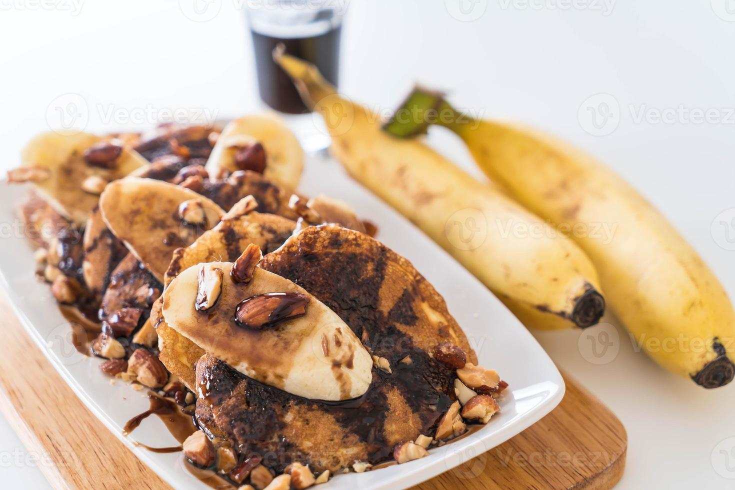 panqueca de amêndoa e banana com calda de chocolate foto