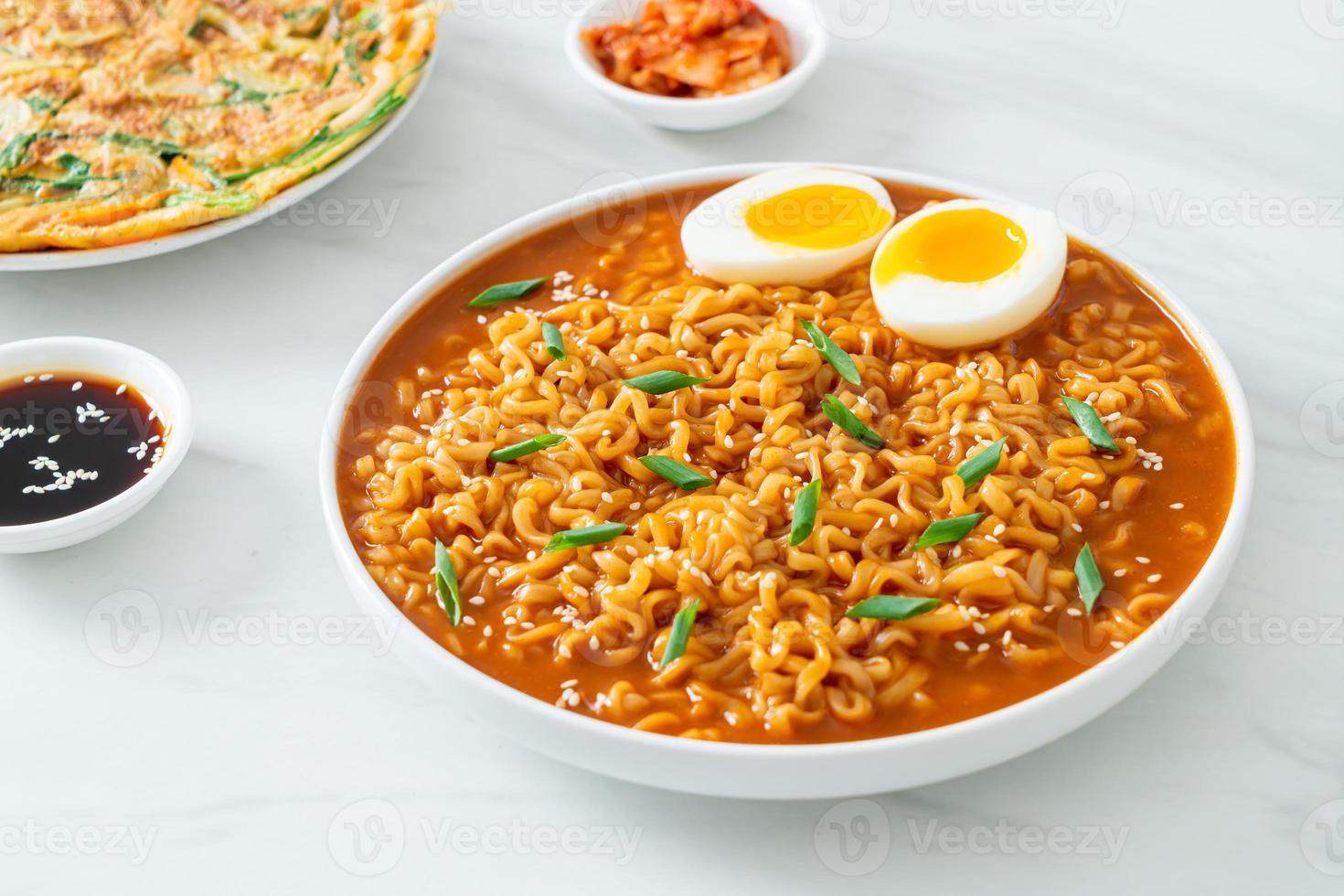macarrão instantâneo coreano com ovo foto