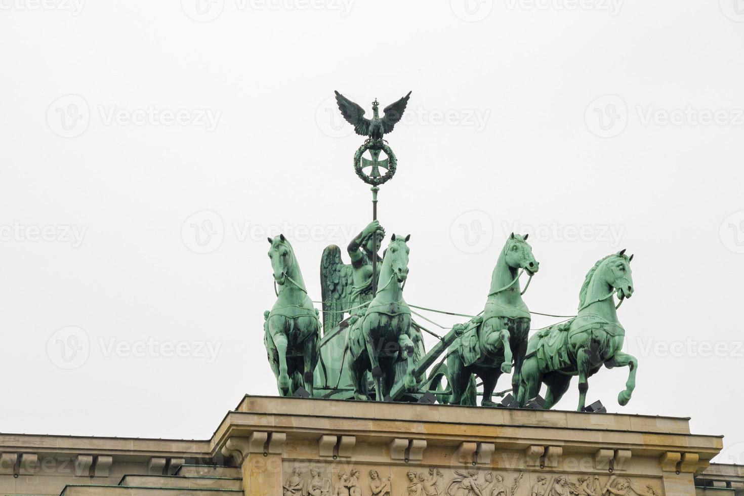 estátua quadriga no portão de brandenburgo em berlim foto