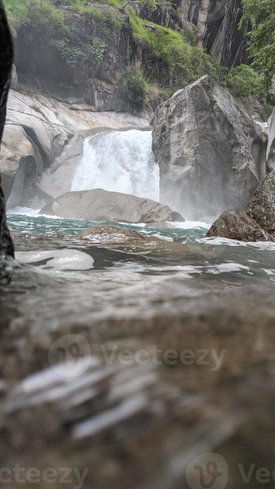 cachoeira no vale de tirthan foto